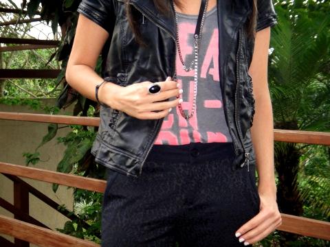 outfit-look-casual-con-camiseta-pantalón-de-vestir-y-biker-jacket-en-el-blog-de-moda-Desde-el-Trópico
