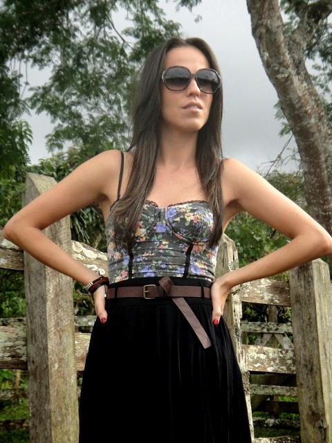 Look-con-aire-lady-like-con-falda-midi-y-blusa-leotardo-estilo-corsé- en-el-blog-de-moda-y-personal-style-Desde-el-Trópico