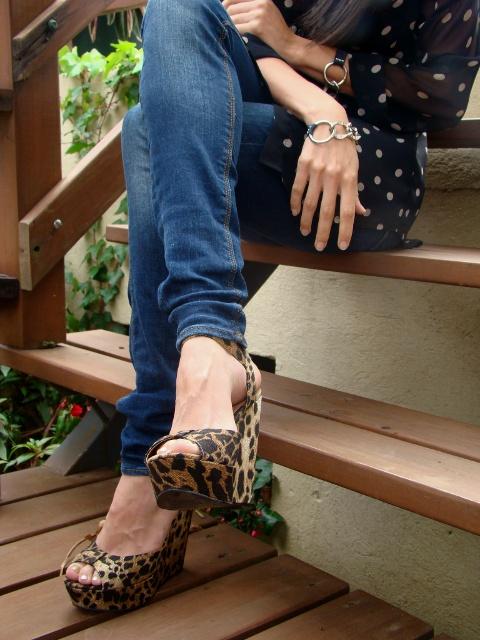 detalle-de-zapatos-con-estampado-de-leopardo-y-brazaletes-de-un-DIY-en-blog-de-moda-y-personal-style-Desde-el-Trópico