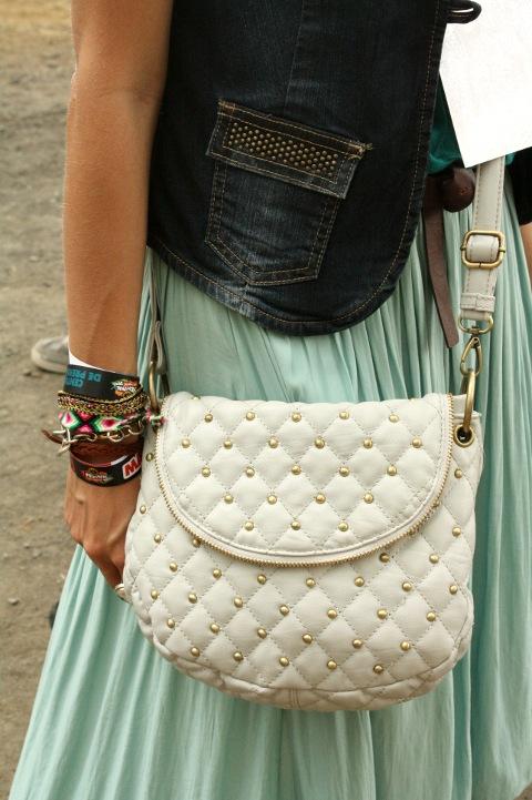 detalle del chaleco y bolso con tachuelas