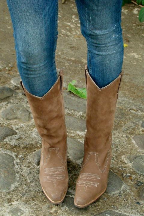 Un look con skinny jeans botas vaqueras y chaleco en crochet