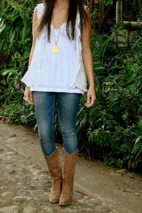 Un Look Con Skinny Jeans Botas Vaqueras Y Chaleco -en U0026quot;crochetu0026quot;- Blanco... - Blog De Moda Costa ...