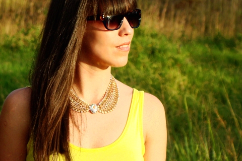 Look con camiseta amarilla y statement nekclace