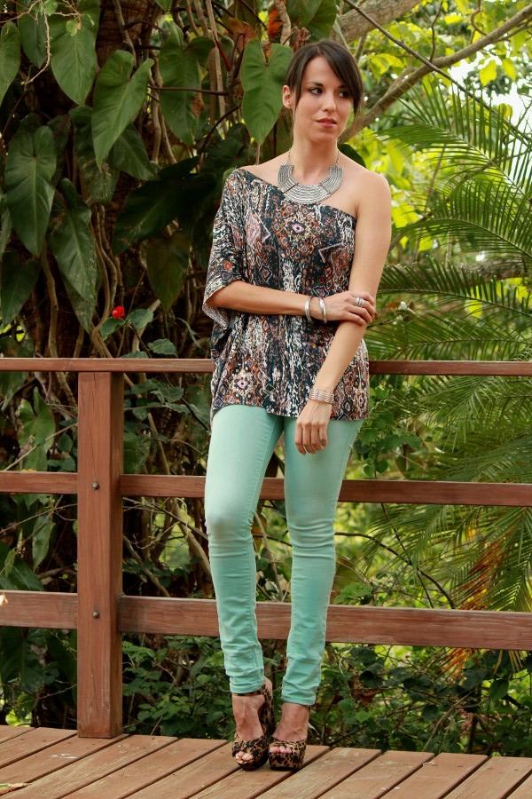 look con jeans menta y blusa estampada de DIY