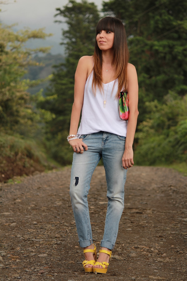 jeans-boyfriend-y-bolso-estampado-tropical