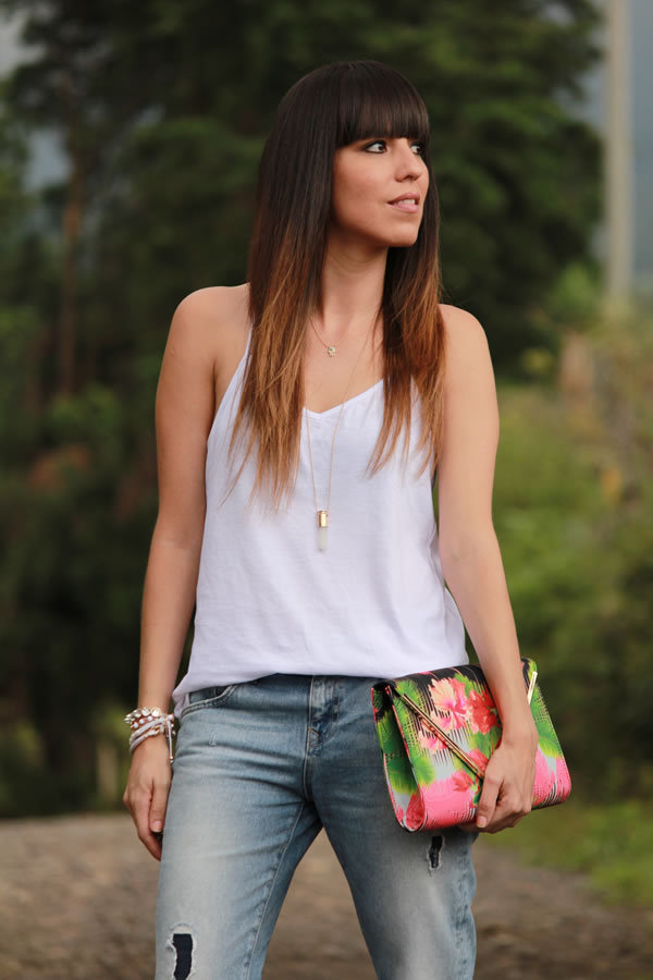 look-casual-con-camiseta-jeans-boyfriend-y-clutch