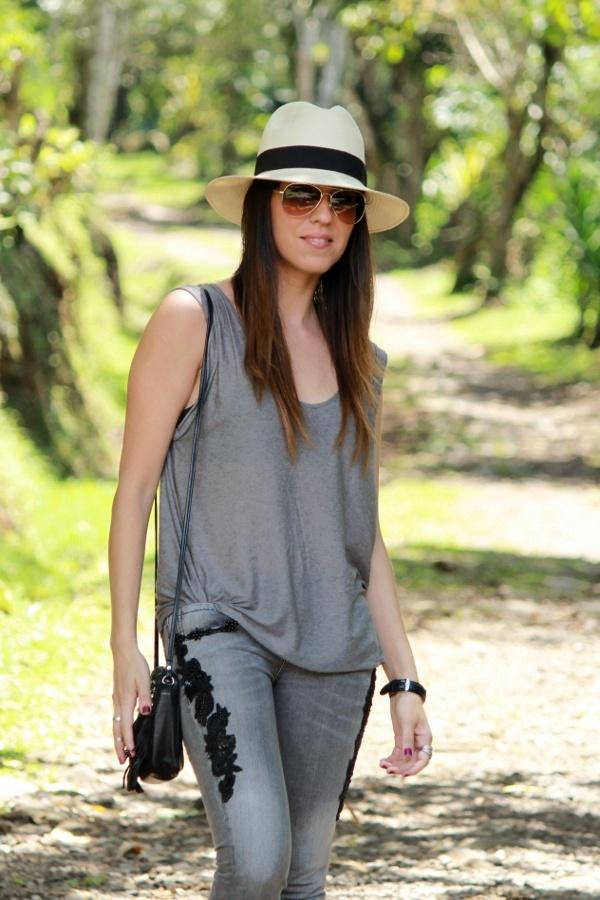 Zapatos plateados y sombrero estilo Panamá... - Desde el ...