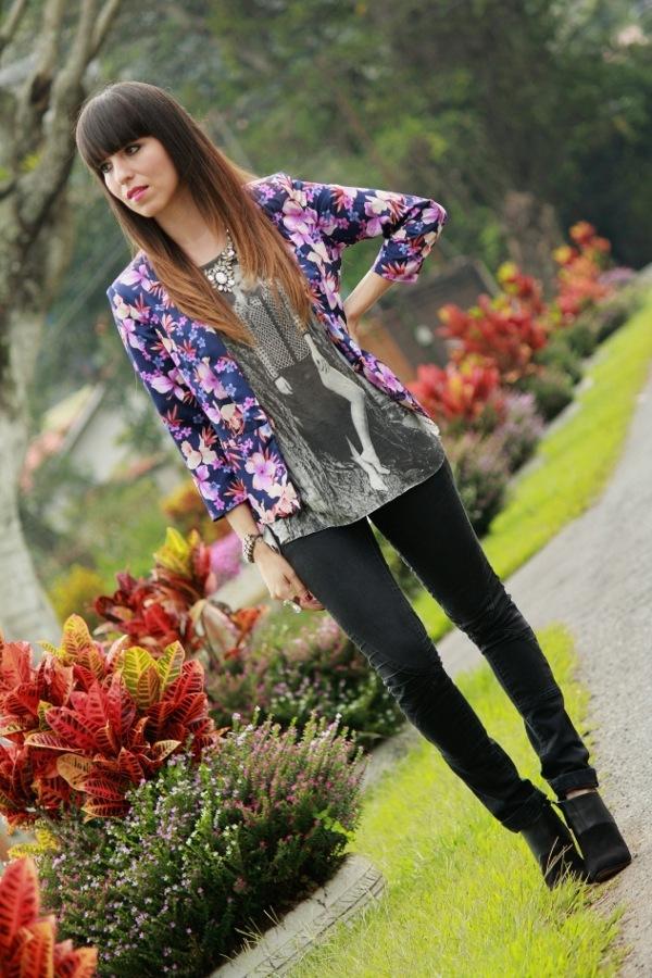 blaser-estampado-floral-y-camiseta-estampada