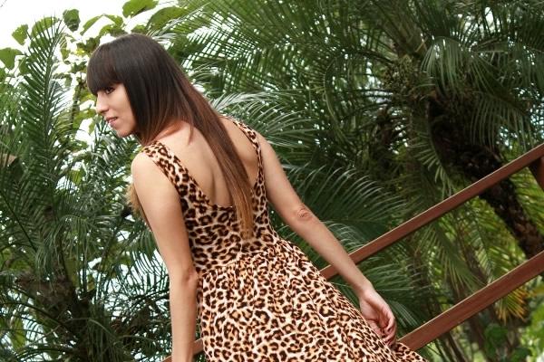 detalles-escote-trasero-vestido-estampado-de-leopardo
