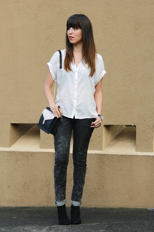 look-casual-en-blanco-y-negro-con-bolso-color-block