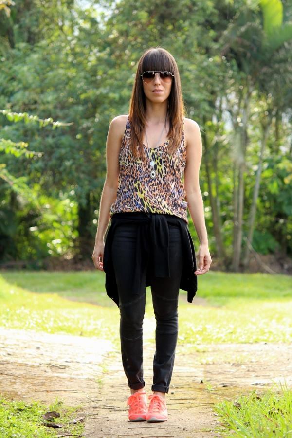 Look casual con tenis neu00f3n y blusa de animal print... - Blog de Moda Costa Rica - Fashion Blog