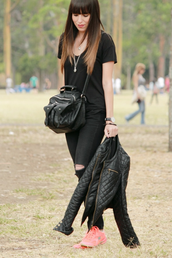 Tenis Neu00f3n En Un Outfit Casual En Negro Total... - Blog De Moda Costa Rica - Fashion Blog