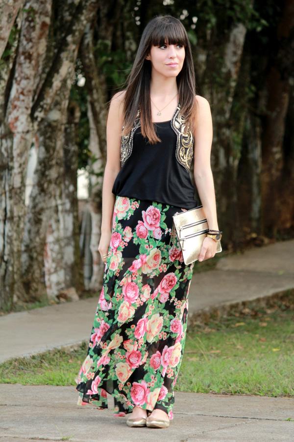 look-eclectico-con-falda-larga-de-flores-y-chaleco-de-lentejuelas