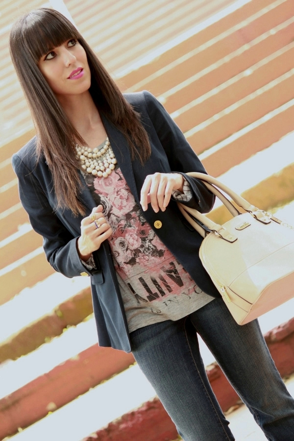 blazer-y-camiseta-en-look-casual