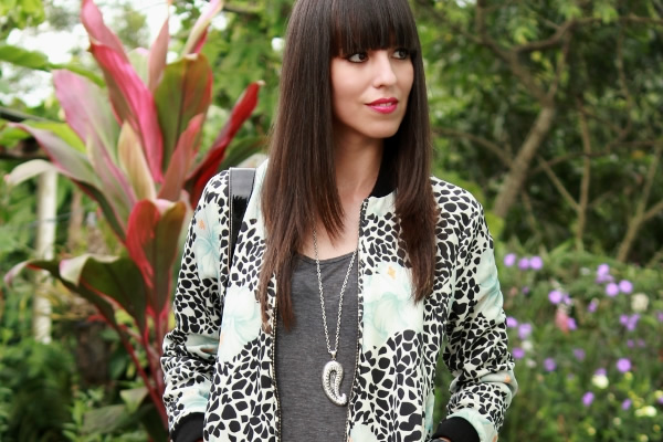 jacket-bomber-con-estampado-animal-print-y-floral