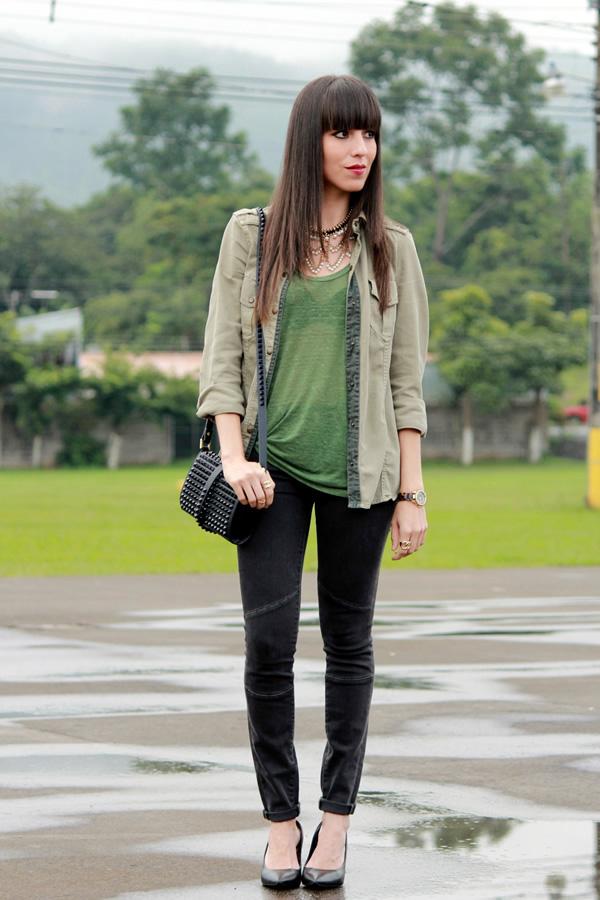 look-con-camisa-militar-y-jeans