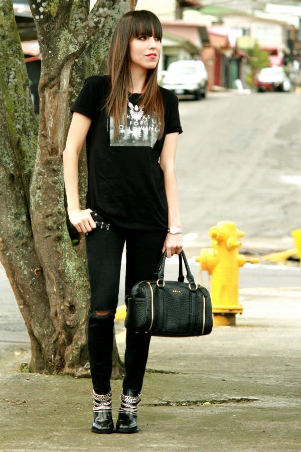 Look u0026quot;total blacku0026quot; con jeans rotos y botines decorados - Blog de Moda Costa Rica - Fashion Blog