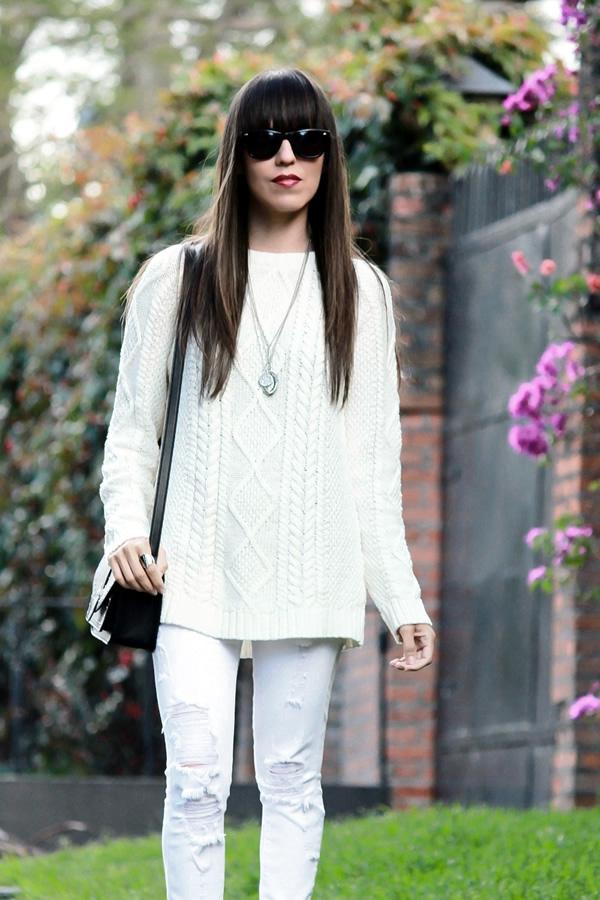 Jeans rotos y suu00e9ter tejido en un outfit blanco