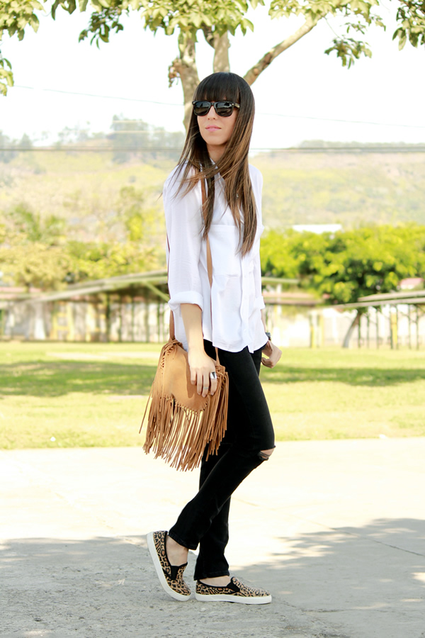 Outfit Blanco Y Negro Con Un Toque De Camel
