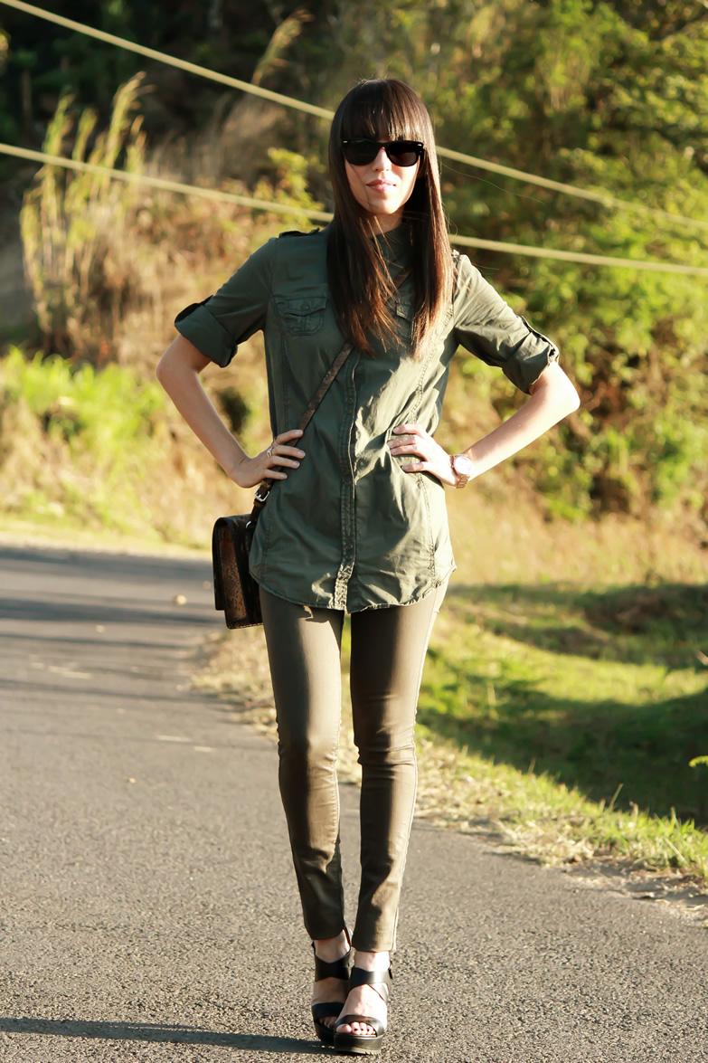 Verde militar en camisa y jeans