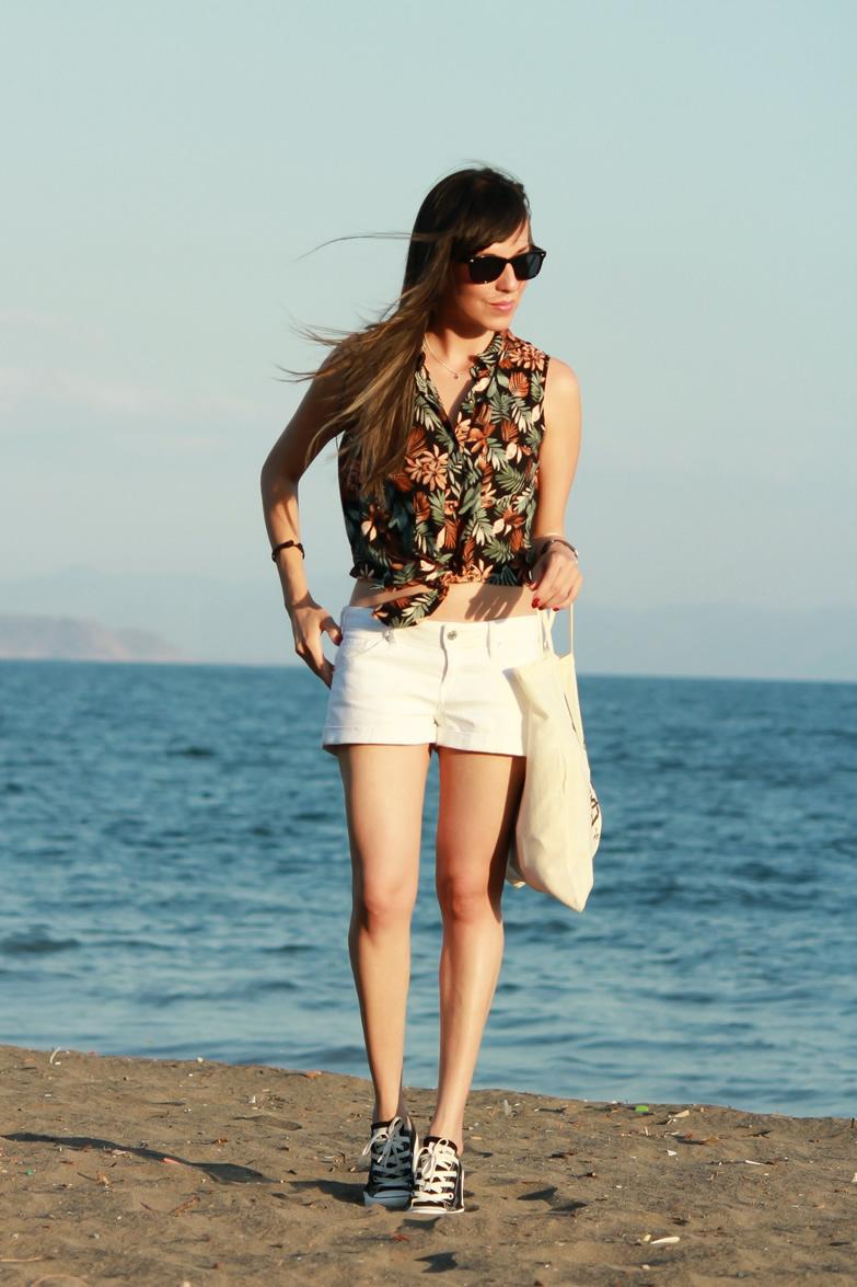 Camisa de estampado tropical shorts y tenis