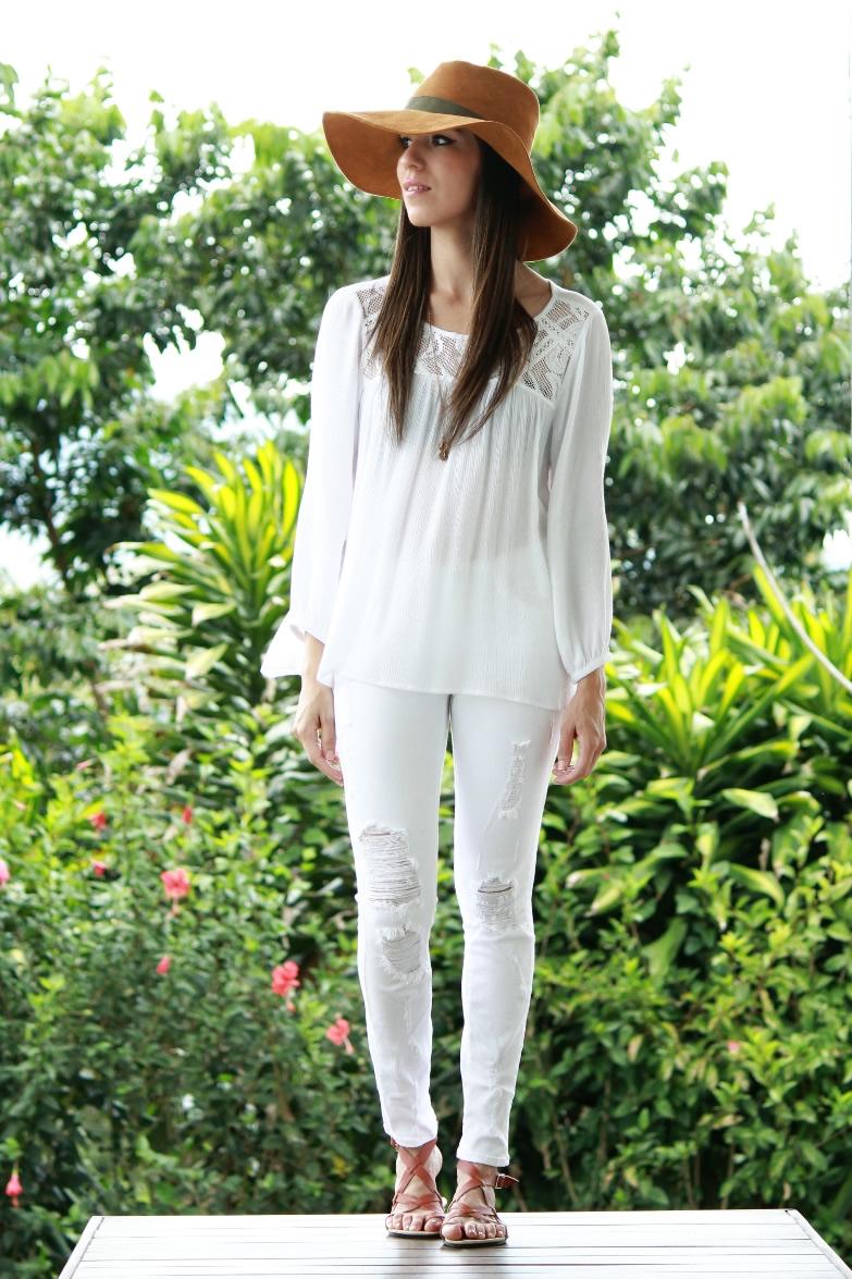 Outfit blanco con blusa bordada y jeans rotos