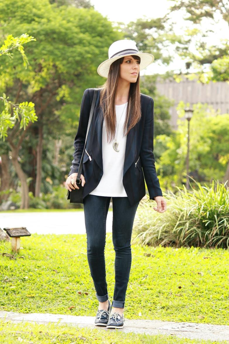 Outfit en azul y blanco con blazer y sombrero