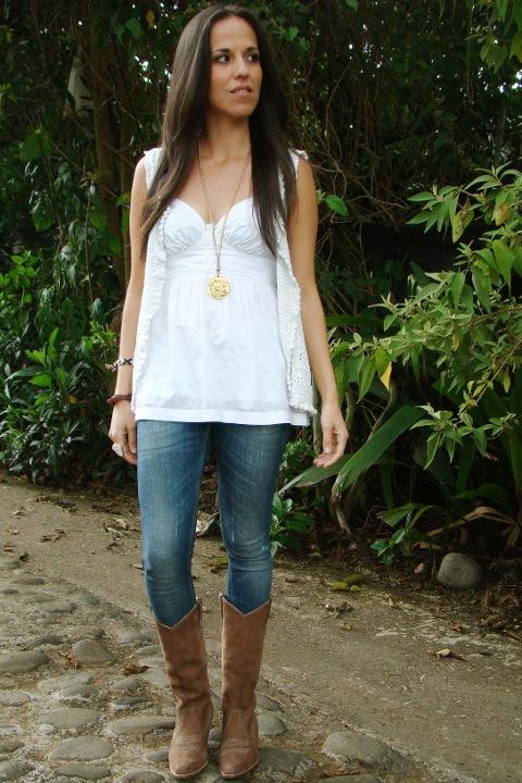 Un Look Con Skinny Jeans Botas Vaqueras Y Chaleco En