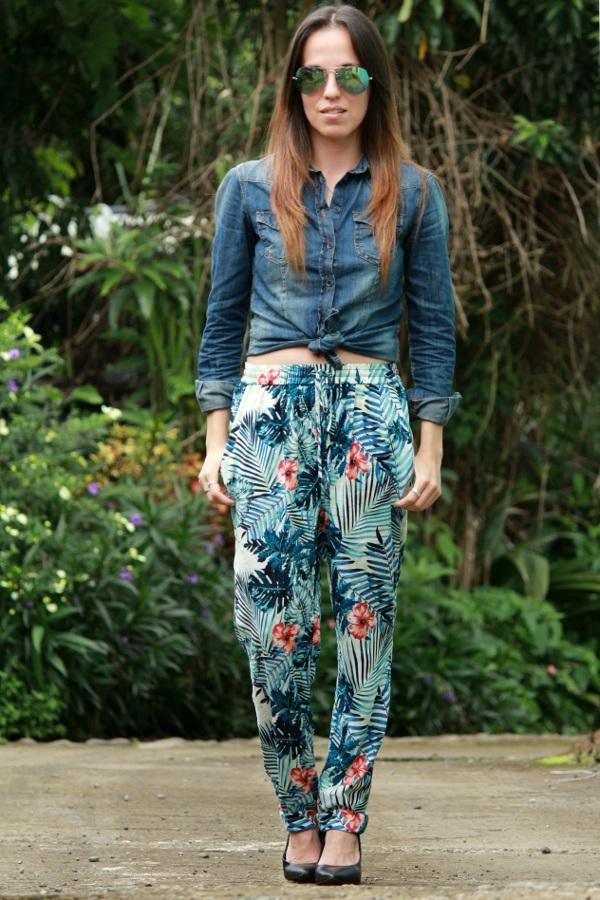 Un Look Con Pantalones Pijama Y Camisa De Mezclilla Desde El Tropico