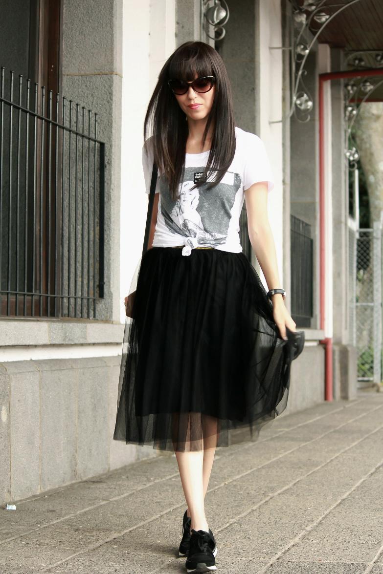 Tenis En Un Outfit Con Falda De Tul