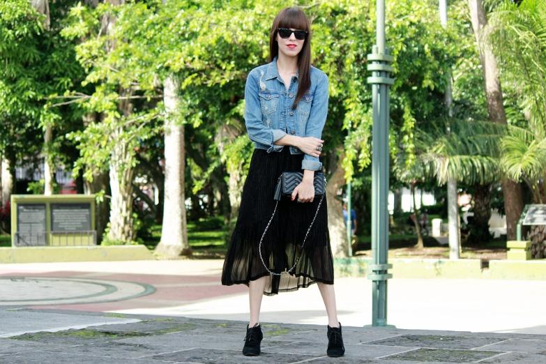 Jacket De Mezclilla En Un Look Con Vestido Blog De Moda