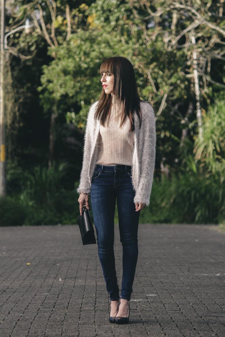 gran calidad Super baratas como escoger Cárdigan y blusa con brillo en un look con jeans para navidad