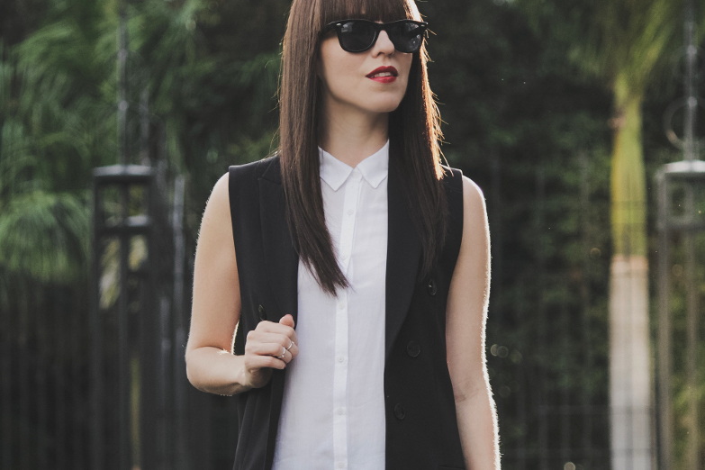 Chaleco Negro Estilo Sastre En Outfit Blanco Y Negro