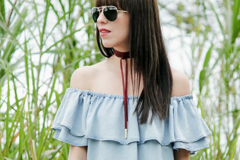 Collar estilo choker color vino como punto focal en el look
