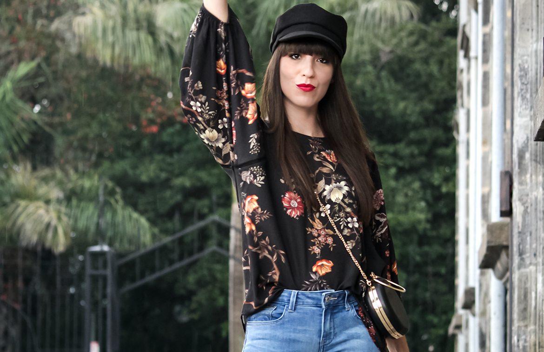 e7c070113 Estampado de flores sobre fondo negro en look con gorra marinera