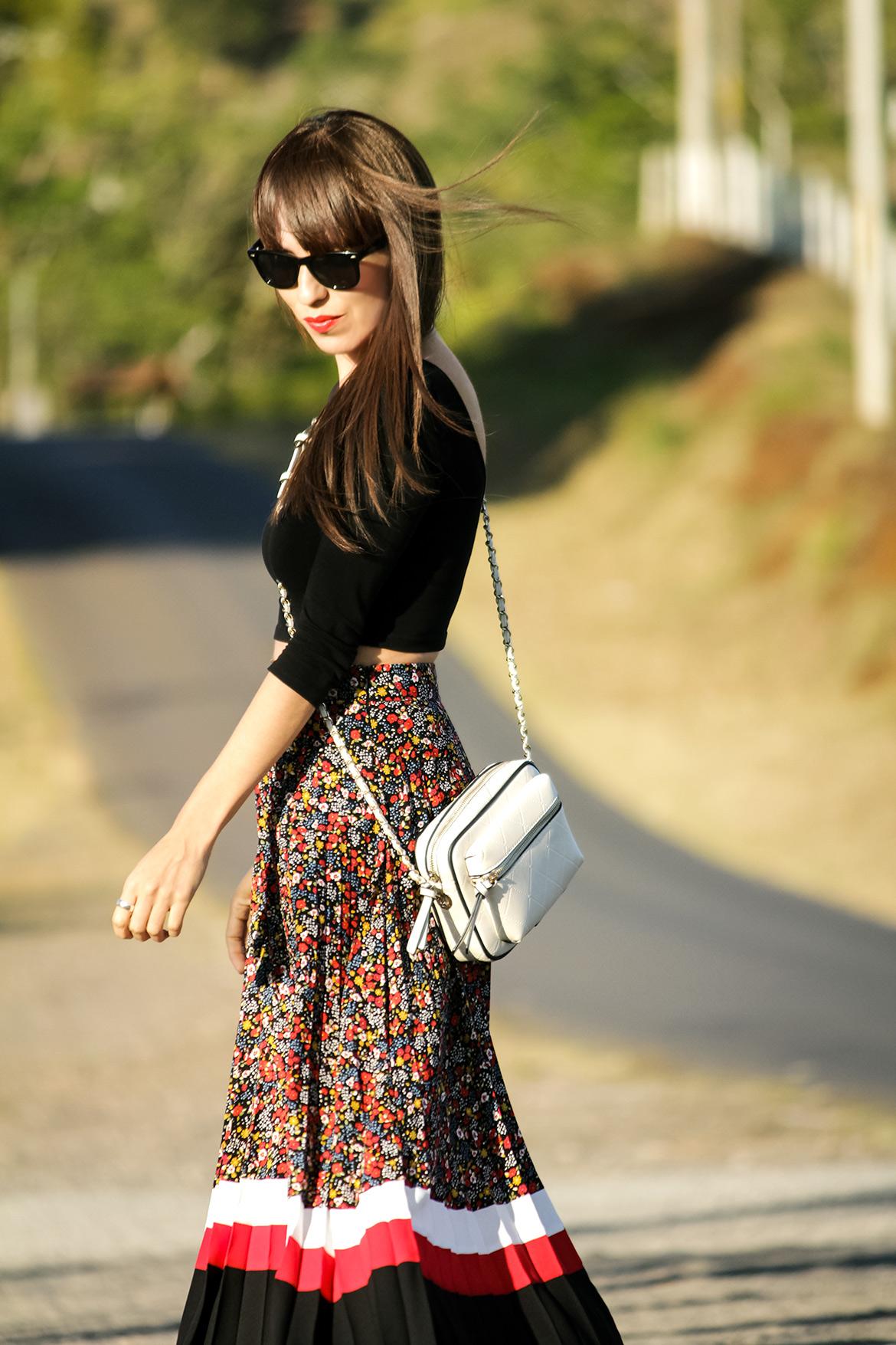 b2ab4ccc90 Falda plisada con estampado floral y rayas en look casual para el verano