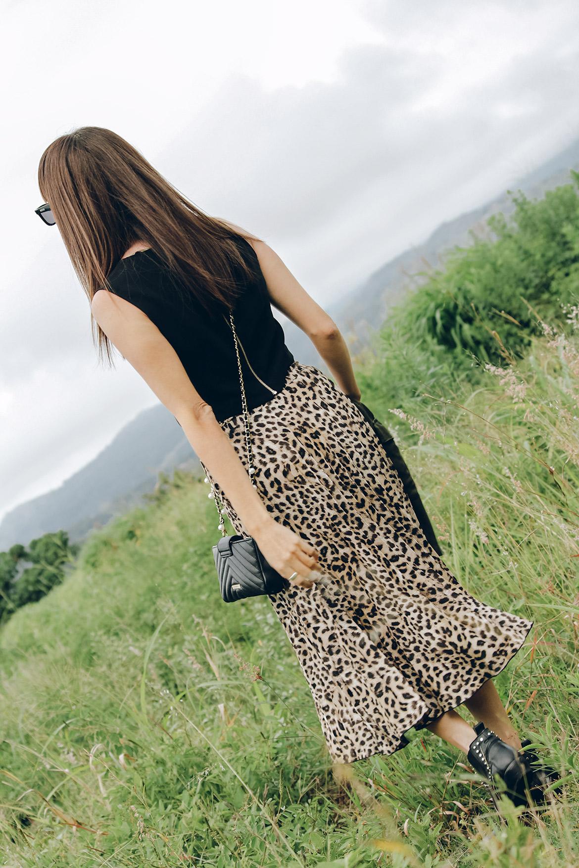 nuevo concepto 49926 7690d Falda midi con estampado de leopardo en look eclectico ...