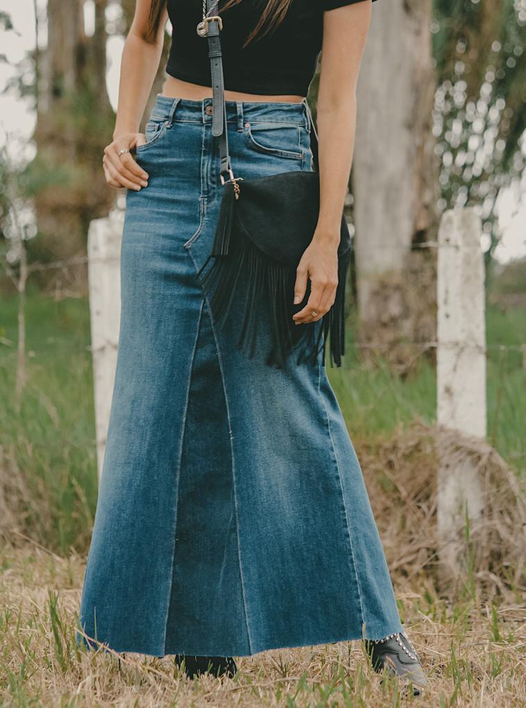 Una Falda Larga De Mezclilla Proveniente De Unos Jeans Y